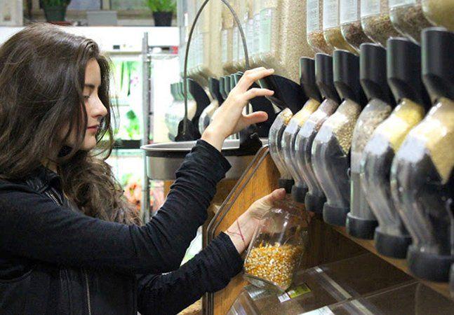 Graduanda em Estudos Ambientais, a nova-iorquina Lauren Singer sempre se incomodava quando seus colegas traziam embalagens de alimentos para a sala de aula e as jogavam no lixo, ao fim do dia. Foi então que viu a quantidade de embalagens que ela mesma utilizava em sua casa. Percebendo-se uma grande hipócrita, por falar sobre sustentabilidade e meio ambiente e não aplicar esses conceitos em sua dia a dia, a garota de 23 anos decidiu mudar, adotando um estilo de vida a lixo zero. Para eliminar…
