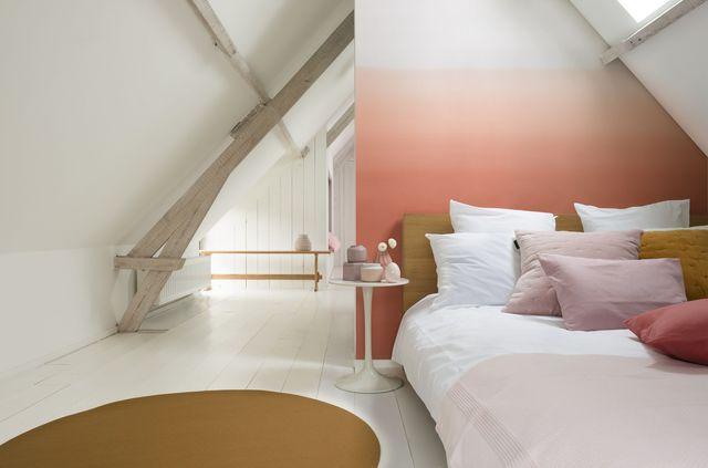 Dans cette chambre un duo de peintures roses pour des combles stylées