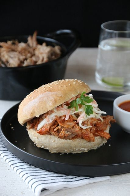 Pulled pork med BBQ-saus og coleslaw (in Norwegian)