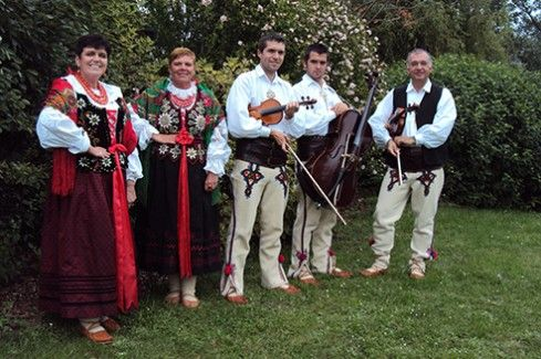 Kapela Banachy is a musical family from the Dutch town of Heerlen. In love with the folklore of their homeland, they draw from it in a very special way in numerous traditional songs from southern Poland (Babia Góra, Beskid Żywiecki, Podhale, etc.). On the 25th of June 2013 Małgorzata and Eugenius Banach have been awarded with the Golden Cross of Merit.