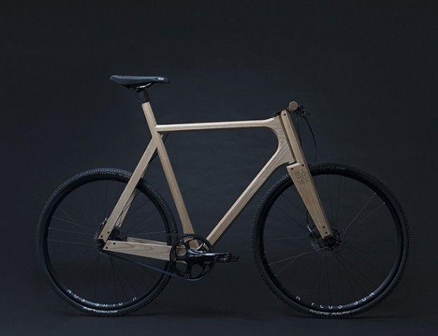 Designer basé à Amsterdam, Paul Timmer a créé un vélo en bois de frêne massif équipé de pièces en aluminium imprimées en 3D. Pesant seulement 11 kg, le vélo à pignon fixe est conçu pour être utilisé sur une variété de terrains.  Paul a renforcé le châssis du deux roues en utilisant des pièces en aluminium imprimées en 3D et conçues sur mesure, au lieu d'un placage ou de contreplaqué qui est typique des autres prototypes de vélo en bois.