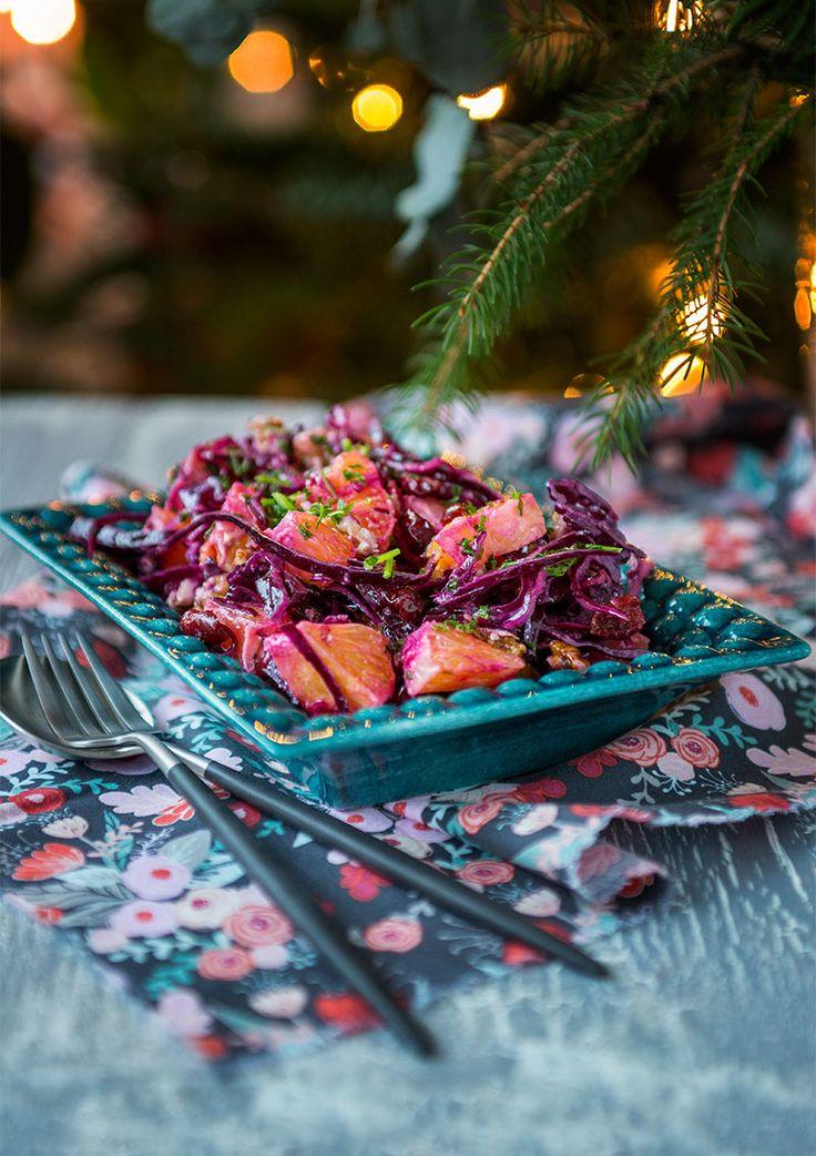 Något som kommer finnas på julbordet från och med nu är denna rödkålssallad med apelsiner och valnötter. Ett fräscht tillskott till julmaten och jättegod.