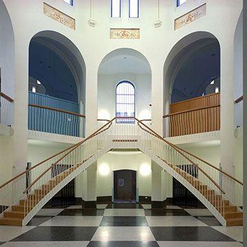 STADSCAMPUS UHASSELT  Het gebouw dat niet zo lang geleden nog een gevangenis was, huisvest nu de nieuwe stadscampus van de Universiteit Hasselt. Duizend rechtenstudenten hebben er een eigen stek gevonden.