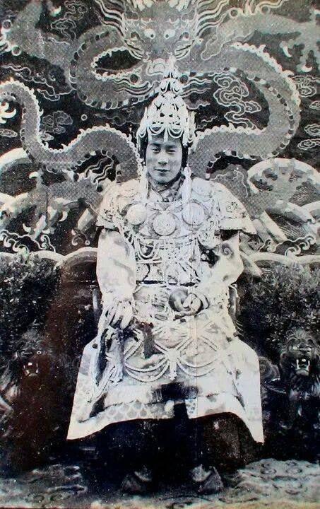 """Sa Sainteté le 14ième Dalaï-Lama - Tenzin Gyatso (1935-20--) - Rare photo du Dalaï-Lama revêtu du costume d'apparât pour une cérémonie d'initiation  """"Heruka"""", d'autonomisation (dbang) au Tibet -"""