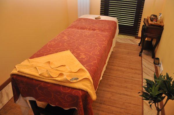 Salon masażu tajskiego. Pokój do masaży olejowych. Masaż olejkami aromatycznymi  Wykonywany jest za pomocą olejków aromatycznych - ekstraktów z lawendy, palisandra, pranjipani, drzewa sandałowego, różanego, miętowego ylang-ylang.