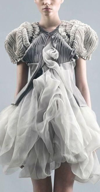Yiqing Yin, collection EXILS ->formes amples ->impression de légerté #nuage ->rappel de la #méduse ? ->nom de la collection: exils ->s'évader du réel #aspect utopique de la robe?