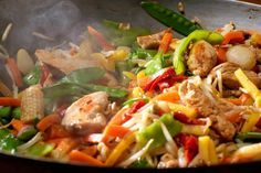 Knackiges Wok-Gemüse mit Huhn  Ein leckeres, leichtes Wok Rezept mit Hähnchenbrust-Filet und frischem Gemüse. Schnell und einfach zubereitet.  http://einfach-schnell-gesund-kochen.de/knackiges-wok-gemuese-mit-huhn/