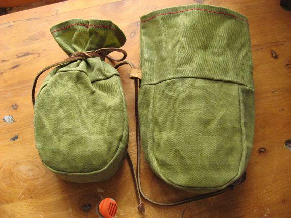 En toile cirée à la main (mélange de cire dabeille/paraffine) vert olive. Il sagit dun joli petit sac taille mesurant environ 7,5 x5.5 plat.