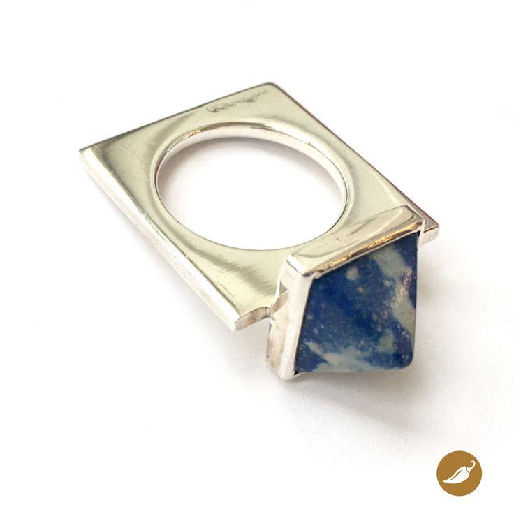 Preciosos anillo de plata donde el protagonista absoluto es una pequeña pirámide de Lapislázuli, de profundo color azul eléctrico. El Lapislázuli es una combinación de minerales como la Lazurita, Calcita y Pirita, en el caso del lapislázuli chileno este tiene mayor contenido de calcita, por ello su azul es más claro. Monoco diseña este anillo inspirándose en el sigo Acuario, quienes se destacan por su idealismo, sociabilidad y gran energía. Siempre pensando en los demás muchas veces se hacen…