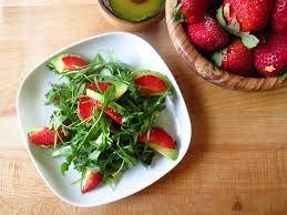 Aardbeien, Avocado, Rucola Salade Met Balsamico Dressing recept | Smulweb.nl