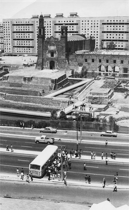 Imagen del hoy Eje Central Lázaro Cárdenas, a la altura de la Plaza de las Tres Culturas, en el barrio de Tlatelolco, tomada durante los días que antecedieron la masacre que el gobierno mexicano realizó sobre el movimiento estudiantil el 2 de octubre de 1968.