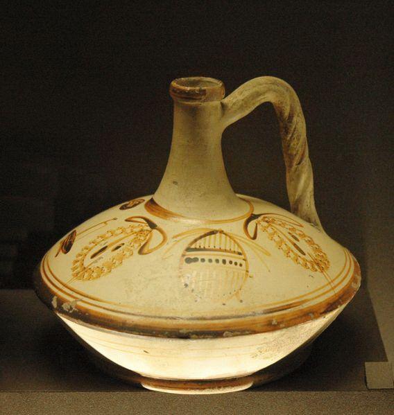 LAGINO CON DECORACIÓN DE INSTRUMENTOS. Ceramica, pertenece a la II etapa helenística, conservada en el Museo de Louvre.