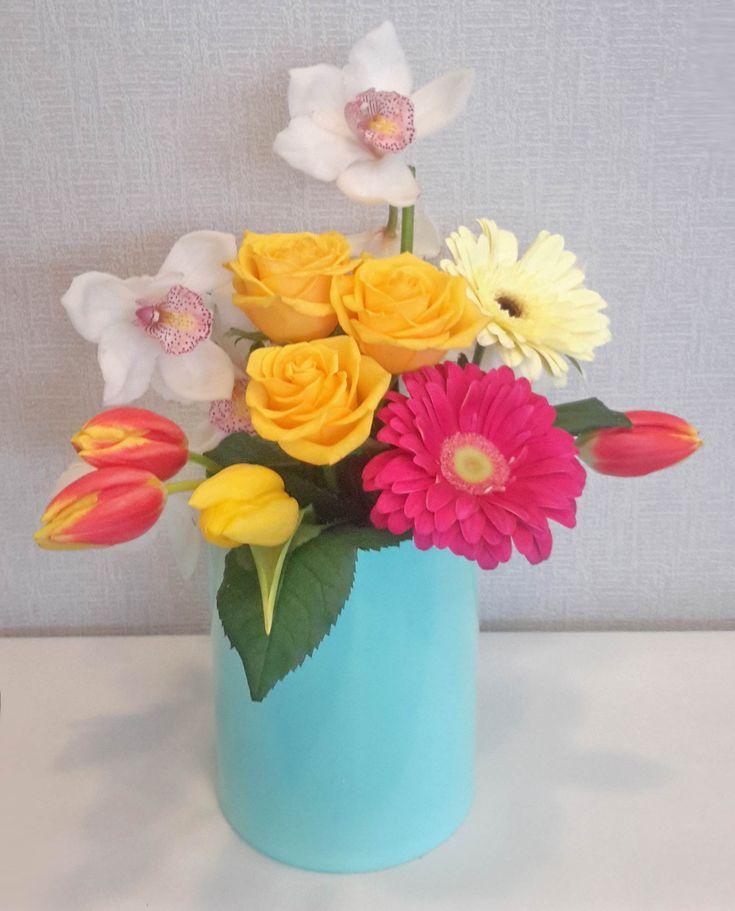 Σύνθεση με ορχιδέες, τουλίπες, τριαντάφυλλα και ζέρμπερες
