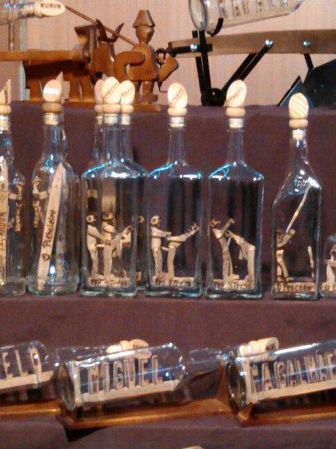 Esculturas de madeira engarrafadas