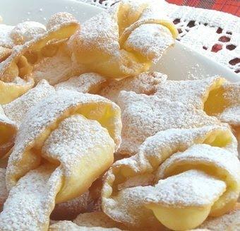 Visto CHE E Carnevale ... ECCO Cosa Si Mangia in Umbria! Le Frappe sottili strisce rettangolari di pasta frolla che vengono fatte friggere nell'olio e servite cosparse di alchermes e zucchero vanigliato.  www.olioflaminio.it
