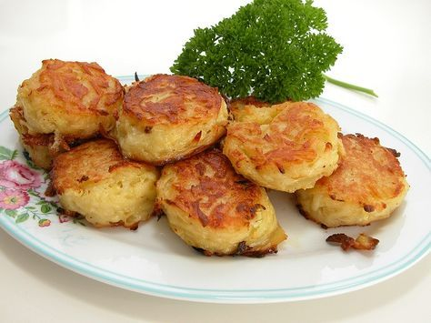 <p>Kartoffelrösti er nemme at lave selv og smager 1000 gange bedre end dem du køber på frost. Vi får dem ofte, da børnene er vilde med dem. De passer til stort set alt grillmad, er gode i madpakke og perfekte at opvarme dagen efter. Så lave bare en stor portion …</p>