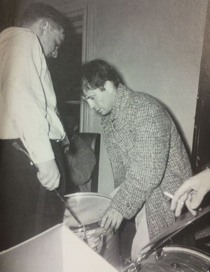 """""""Jack Kerouac takes over the drums, December 31, 1958."""" From Beat Generation: Glory Days in Greenwich Village Clique na foto para garantir livros da Beat Generation."""