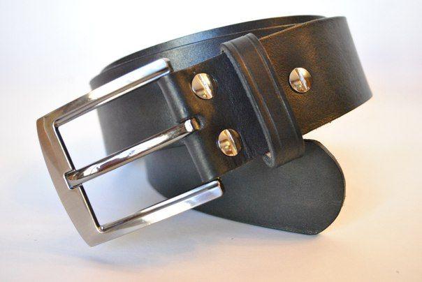 Классический мужской ремень из натуральной кожи растительного дубления толщиной 3-3,5 мм. Ширина ремня 4 см, длина подбирается под конкретного человека. Цельнолитая стальная пряжка цвета темное серебро сделана в Италии. Переставляемая пряжка на удобно откручивающихся винтах позволяет изменять длину ремня. Ремень одинаково хорошо смотрится с классическими брюками и джинсами. Цвет можно варьировать. Цена 2500 руб.