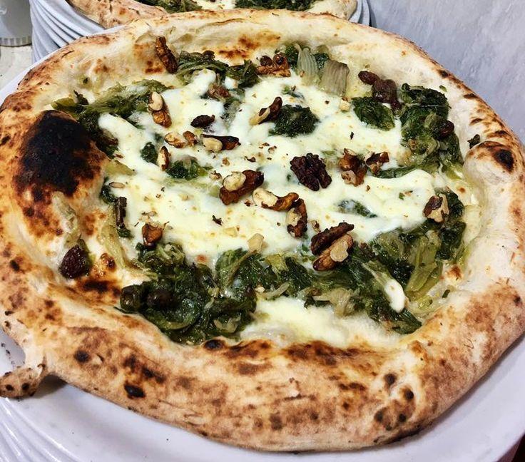 Una pizza scarola e noci dal gusto unico. Ecco la specialità della pizzeria Vesuvio.