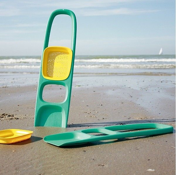 Quut - Scoppi Beach Shovel || The Quut Triplet has been a great addition to our beach kit so the Scoppi Shovel is next on the list for when Dad gets involved in the serious digging. #PinToWin #EntropyWishList