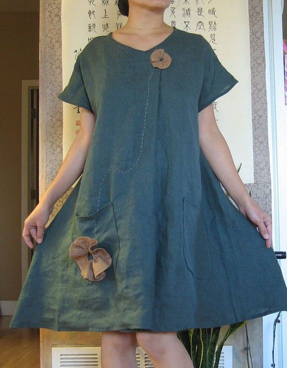 Este vestido se hace de lino puro en esmeralda verde con flores de mano plisada de color jengibre. Un gran pliegue en la parte central / dos