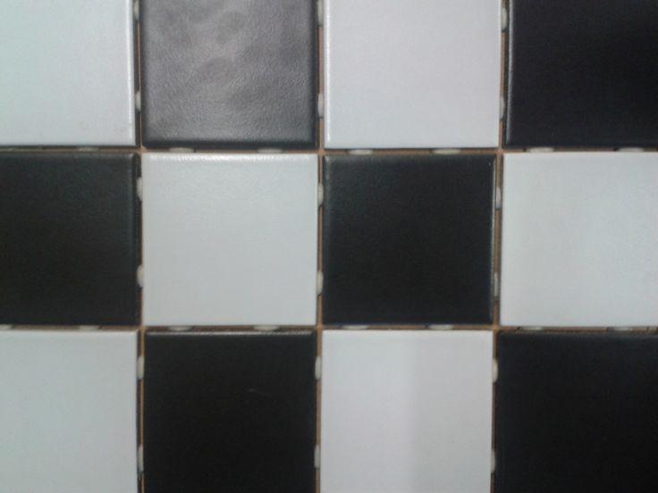 B&W 10 x 10, musta-valkoinen lattialaatta  http://www.laatat.fi/seinalaatat/tehostelaatat/bw-10-x-10-musta-valkoinen-lattialaatta