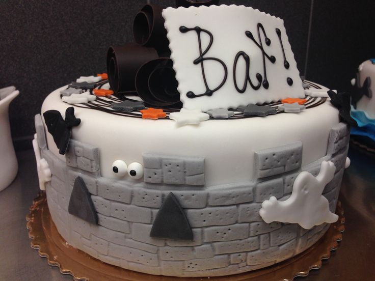 Strašidelný dětský dort, potažený a dozdobený fondánem.