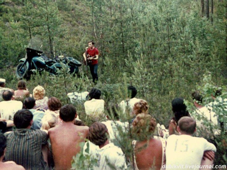 Выступление Владимира Высоцкого на «Лесном концерте» под Сосново на озере Лампушка Ленинградской области. Фото 1 июля 1972 года.