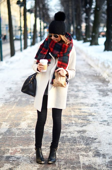 白のコートに赤のチェックでインパクト◎