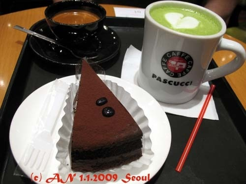 Yummy! Only one thing better than macha latte is macha latte with chocolate cake. (photo AN, Seoul)