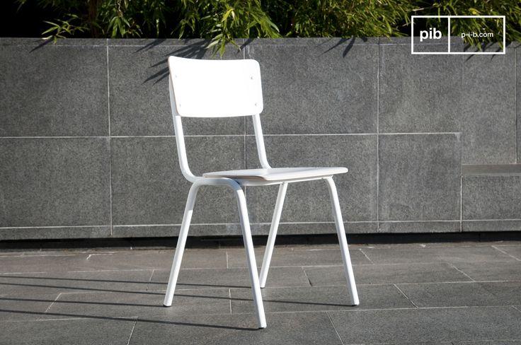 Een stoel die doet denken aan de schoolstoelen van vroeger. Prachtige witte kleur voor een Scandinavisch interieur