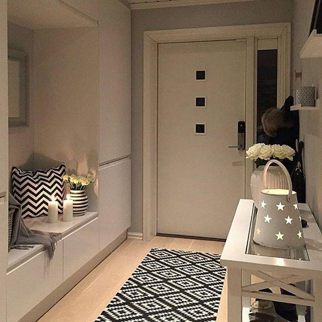 Je suis tombée en amour, sur cette entrée. Elle est sobre et parfaite. Un petit banc intégré dans les armoires. 😻 Magnifique 😻 #construction #maison #renovation #home #new #projetdeconstruction #seinemaritime #normandie #france #french #idees #decoration #style #stockage #envie #entrée #sobre #magnifique