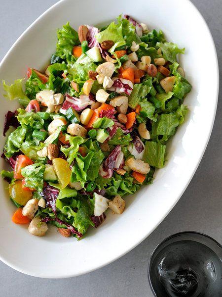 Recipe:ささみとスモークチーズ、ナッツのチョップド・サラダ~はちみつビネガードレッシング~/食べ応えたっぷりの具だくさんサラダで、栄養満点ランチはいかが? #レシピ