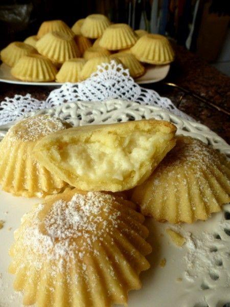 Bardzo kruche, bardzo pyszne Budyniowe babeczki Składniki: Ciasto: 1 szklanka mąki (dałam typ 450 – tortowa) 1 szklanka maki krupczatki 100 g masła 100 g margaryny (miałam jakąś maślaną Kasię) 1 łyzka smalcu 3 żółtka 4 łyżki cukru pudru 1 łyżka z górką…