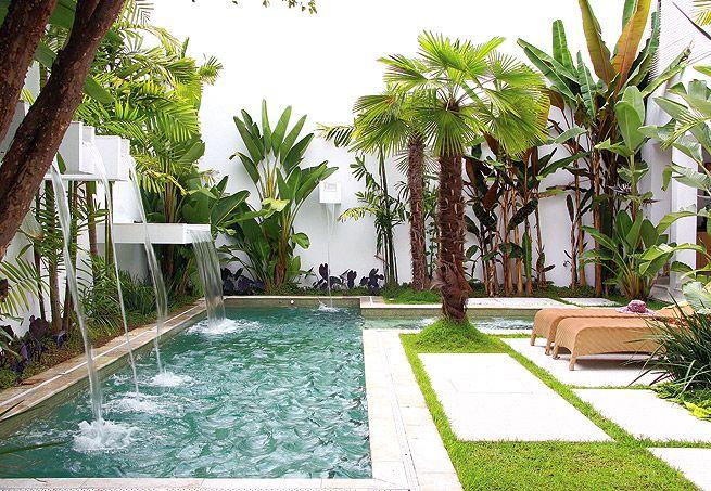 Poderia ser uma piscina simples, mas ganhou diferenciação e movimento com as cascatas de alvenaria de alturas e tamanhos variados. Simples e eficaz