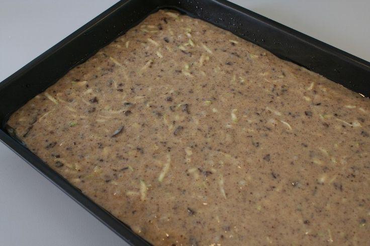 Æg, olie og sukker piskes sammen med håndmixer, gerne 5 min. <BR> <BR> Derefter kommes mel i og røres godt. <BR> <BR> Så kommer du den skrællede og revede squash og den hakkede chokolade i og røre
