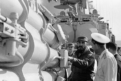 Премьер-министр Кубы Фидель Кастро (в центре) осматривает противолодочные установки на советском боевом корабле