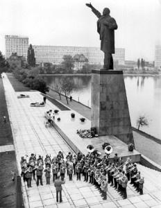 Der Merseburger Gotthardteich mit der alten Lenin-Statue und einer Kapelle