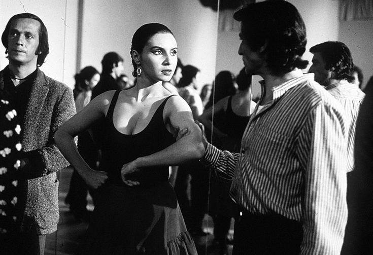 La actriz Laura del Sol y el guitarrista Paco de Lucía, izquierda, en un fotograma de la película 'Carmen' de Carlos Saura (1996).