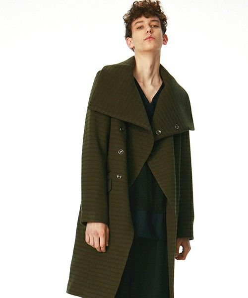 冬ファッションビッグシルエットのチェスターコートを大人に着こなす