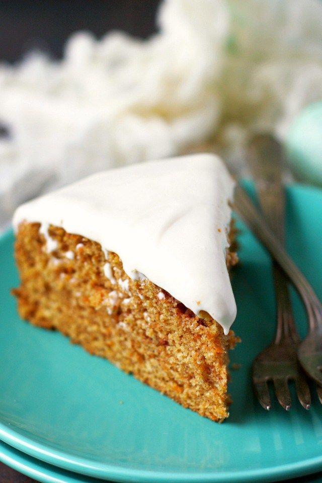 Esponjosa tarta de zanahoria, excelente como bizcocho o con el topping de queso vegano.