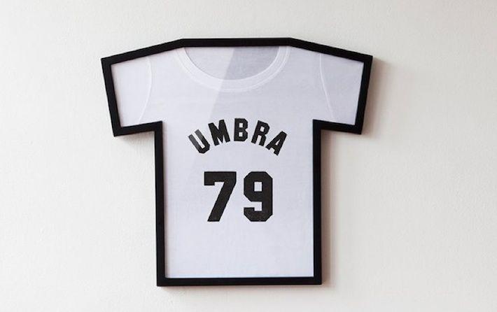 Siete talmente orgogliosi della vostra t-shirt preferita da volerla incorniciare e appendere al muro? Da oggi potete, grazie alla T-Frame, una cornice studiata appositamente per la vostra maglietta del cuore.     Che sia la maglietta di un concerto, del vostro calciatore preferito o la camicetta della nonna di cui vi siete innamorate, potete rendere la maglietta una moderna opera d'arte.