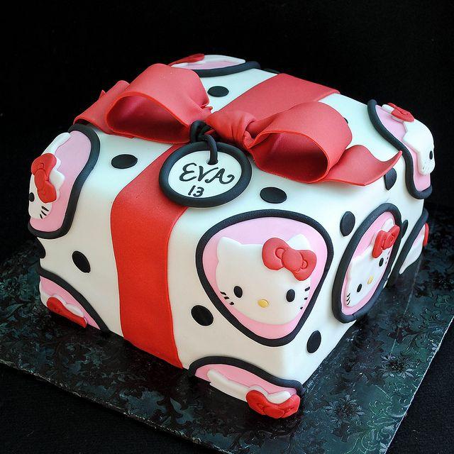 Pastel en forma de caja de Hello Kitty.