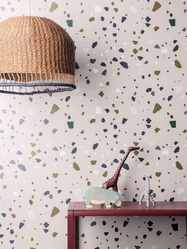 Lampeskjermen er håndlaget, og hver enkelt skjerm er unik. Den er fremstilt av tvunnet papir, noe som gir et holdbart produkt i et naturlig og ærlig materiale. Lyset vil sjarmere sin vei ut i rommet gjennom papirsnurrene og gi et fint og bløtt lys i barneværelset.