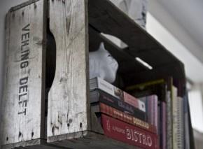 Mooi, boekenplank van een houten veilingkrat. Met originele tekst nog op de zijkant.