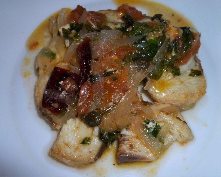 Ingredienti : 500 gr. di tranci di ventresca 1 pomodoro 1 cipolla 1 rametto di prezzemolo 1 cucchiaino di capperi 2 foglie di basilico 1 foglia di m