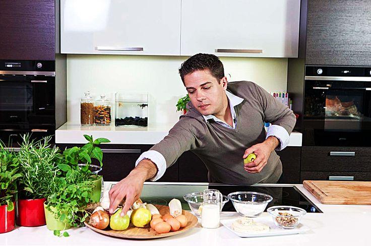 bereiden: Snijd de aubergines in plakjes van circa 3 mm met behulp van een groentenschaaf. Bestrooi de aubergineplakjes met zout en laat ze een 10-tal minuten staan zodat het vocht onttrokken wordt. Spoel de aubergines onder koud, stromend water en pers ze uit. Snijd de gerookte scamorza in dunne plakjes. Maak de tomatensaus.