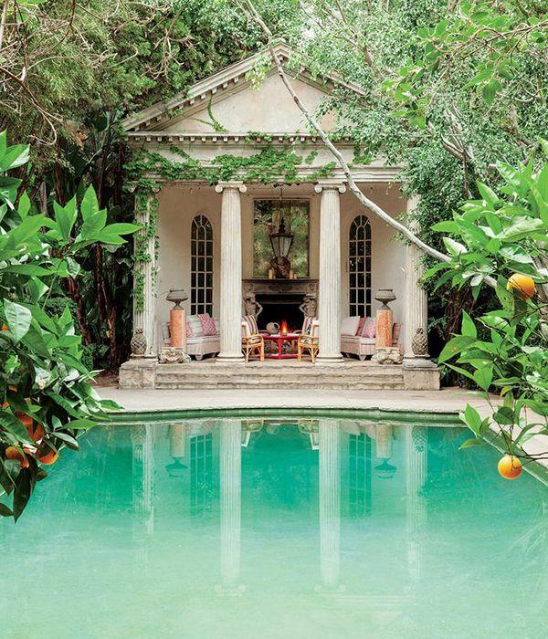 Niks fijner dan een warme zomerdag te beginnen met een duik in het zwembad. Droom je van een zwembad in eigen tuin? Voor de waterratten en dromers onder ons zetten we de mooiste zwembaden op een rij.