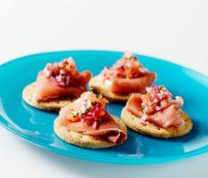Parmaskinke med tomat- og hvidløgs-kompot - klik på billedet for at se mere... #karenvolf #digestive #opskrift #tapas #snack #fuldkorn