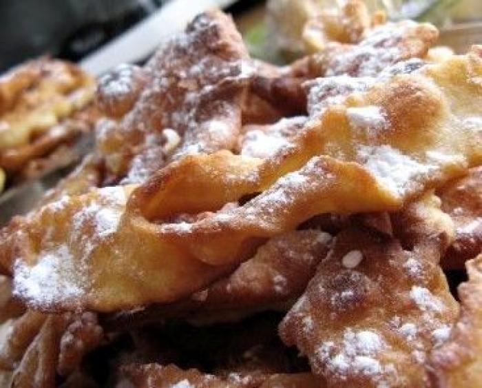 Sortes de beignets à pâte fine et croustillante, les oreillettes sont une douceur de Carnaval au même titre que les bugnes et les ganses. Nous vous proposons de découvrir la recette de cette spécialité typique du Midi de la France. par Audrey